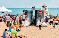 Люди отдыхая на самом популярном северном пляже бульвара в Чикаго Стоковое Изображение