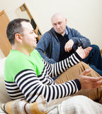 Люди отдыхая дома и говоря Стоковая Фотография RF