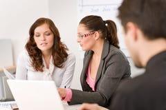 люди офиса встречи бизнес-группы Стоковые Фотографии RF
