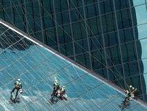 Люди очищая стеклянное здание стоковое изображение rf