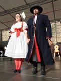 Люди одели в чехословакских традиционных танцах наряда и петь. Стоковая Фотография