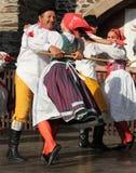 Люди одели в чехословакских традиционных танцах наряда и петь. Стоковое Изображение RF