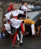Люди одели в чехословакских традиционных танцах наряда и петь. Стоковое Изображение