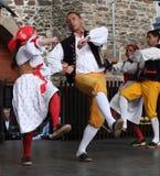 Люди одели в чехословакских традиционных танцах наряда и петь. Стоковые Изображения