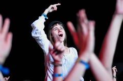 Люди партии во время концерта в реальном маштабе времени Стоковые Изображения