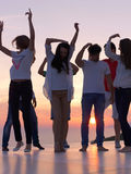 Люди партии на заходе солнца стоковое изображение