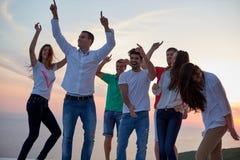 Люди партии на заходе солнца стоковое фото