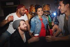 Люди партии охлаждая в ночном клубе Стоковые Изображения