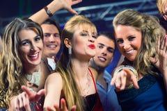 Люди партии танцуя в клубе диско Стоковое Фото