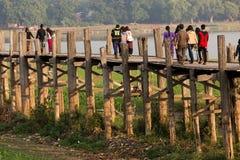 Люди пересекая деревянный мост в Бирме Стоковое фото RF