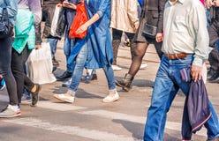 Люди пересекая пешеходный переход Стоковое Изображение