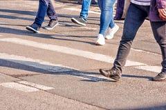 Люди пересекая пешеходный переход Стоковые Изображения