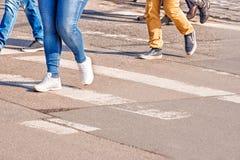 Люди пересекая пешеходный переход Стоковые Фото