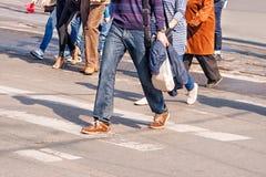 Люди пересекая пешеходный переход Стоковое Изображение RF