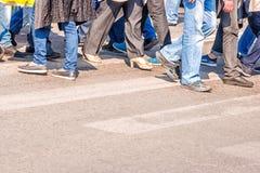Люди пересекая пешеходный переход Стоковое фото RF