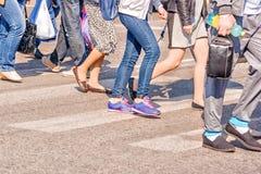 Люди пересекая пешеходный переход Стоковая Фотография RF