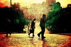 Люди пересекая улицу в большом городе Стоковые Изображения