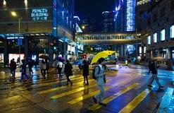 Люди пересекая улицу, Гонконг Стоковая Фотография RF