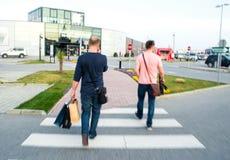 Люди пересекая улицу Стоковые Фото