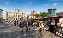 Люди перед национальным театром словака, Братиславой Стоковая Фотография