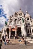 Люди перед Sacre Coeur, известным ориентир ориентиром церков в Париже Франции Стоковая Фотография