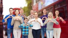 Люди показывая руку сердца подписывают сверх город Лондона Стоковое фото RF