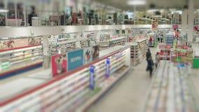 Люди покупают еду в супермаркете сток-видео