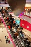 Люди покупок используя эскалатор стоковое фото