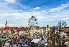 Люди посещают большое колесо на рынке christkindl в Эрфурте Стоковая Фотография