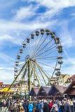 Люди посещают большое колесо на рынке christkindl в Эрфурте Стоковая Фотография RF
