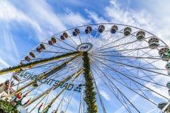 Люди посещают большое колесо на рынке christkindl в Эрфурте Стоковые Фотографии RF