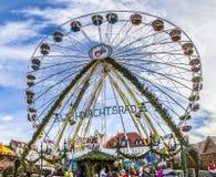 Люди посещают большое колесо на рынке christkindl в Эрфурте Стоковое фото RF