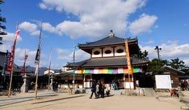 Люди посещают деревянную святыню в Хиросиме, Японии Стоковые Фотографии RF