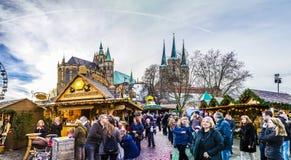 Люди посещают известный рынок christkindl в Эрфурте на холме купола Стоковое Изображение RF