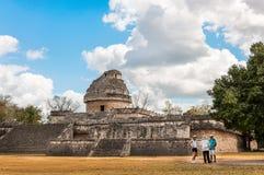 Люди посещают обсерваторию, майяские руины в Chichen Itza стоковые изображения rf