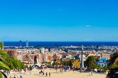 Люди посещают парк Guell в 13-ое сентября 2012 в Барселона, Стоковая Фотография