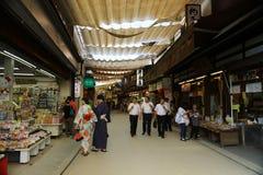 Люди посещают старый городок в Miyajima Стоковая Фотография