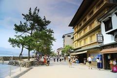 Люди посещают старый городок в Miyajima Стоковая Фотография RF