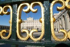 Люди посещая королевский дворец Мадрида на Испании Стоковая Фотография RF
