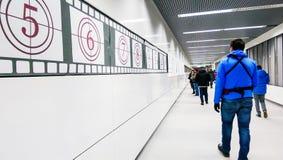 Люди посещая станцию метро Favorit от 5-ой линии Бухареста Стоковое Изображение RF