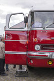 Люди посещая старые шины в выставке в Санкт-Петербурге, России Стоковое Изображение RF