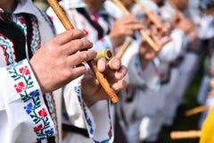Люди поя на традиционных деревянных каннелюрах Стоковое Изображение RF