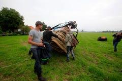Люди подготавливая полет воздушного шара Стоковые Изображения RF