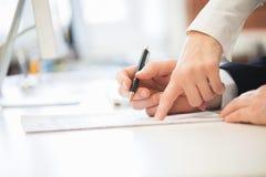Люди подписывая контракт Стоковые Изображения RF