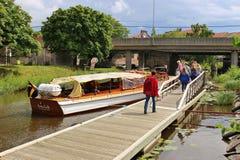 Люди получают на waterbus в Карлстаде, Швеции, Европе стоковые изображения rf