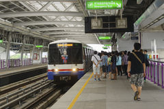 Люди получая на поезде неба Стоковое Фото