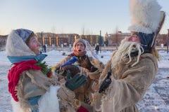 Люди празднуют праздник в зиме Москве Стоковые Изображения