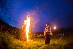 Люди празднуют праздник и танец русского внутри Стоковые Фото