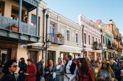 Люди празднуют Tbilisoba на пешеходной улице Тбилиси, Georgia Стоковое Изображение RF
