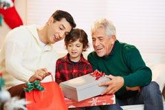 Люди празднуя рождество с подарками Стоковая Фотография RF